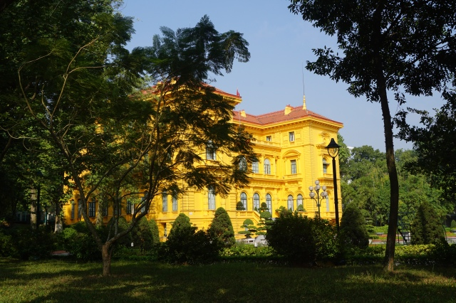 Tampak Samping Istana Presiden Ho Chi Mi